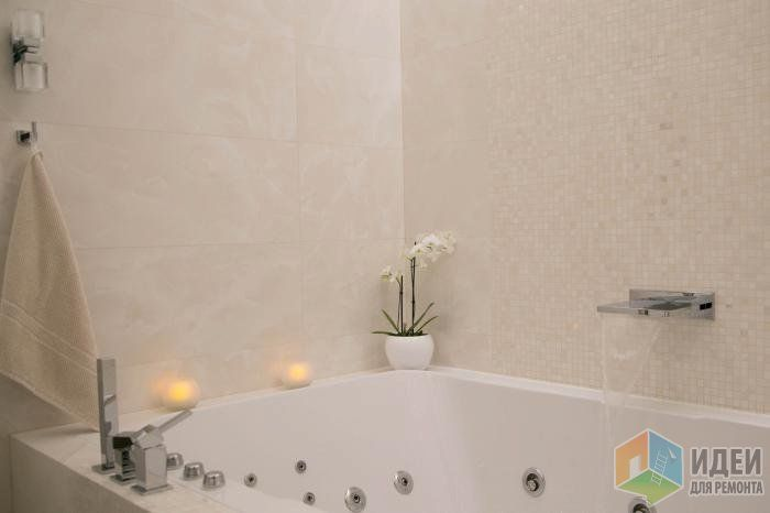 Интерьер современной ванной комнаты, ванная с гидромассажем, свечи в ванной