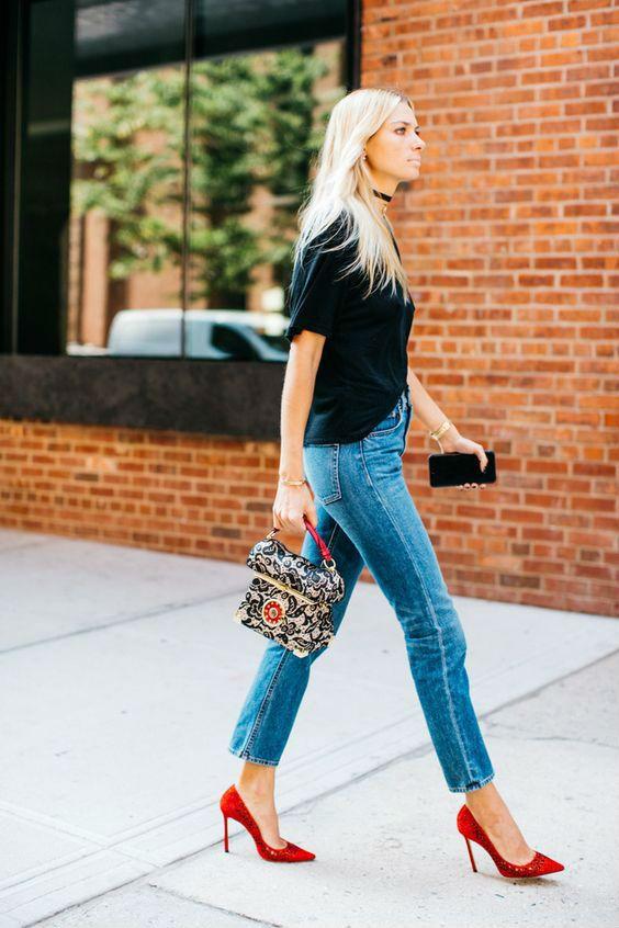 Яркая обувь в комплекте с джинсами