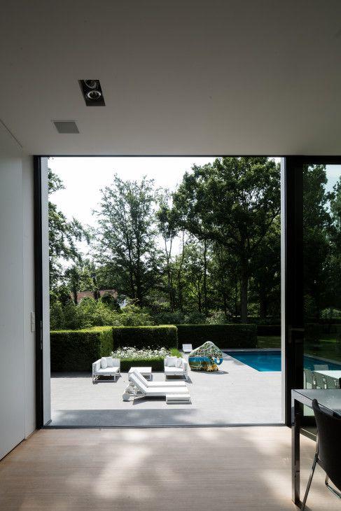 moderne woning, afrit, garage in kelder, gevelbepleistering, glaspartijen, buitenzwembad