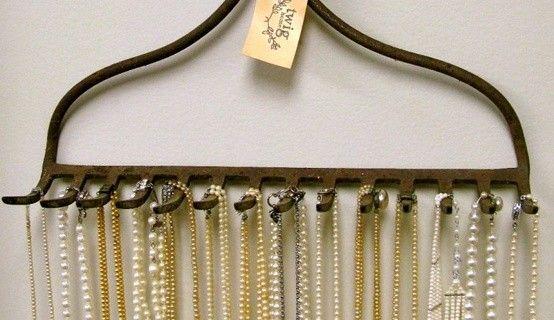 En gammal kratta som smyckesförvaring