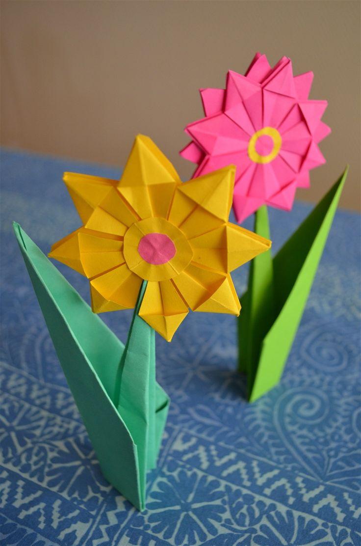 Kuudesluokkalaisten kanssa taiteltu origam-kukka. Varsi, johon tulee samalla lehti, taitellaan erikseen ja liimataan kukkaan.