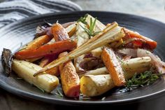 Een simpel, maar lekker winters bijgerecht met geroosterde bospeen, pastinaak en zoete aardappel. Weer eens wat anders, en ook prima als vervanger voor aardappels of pasta. Verwarm je oven voor op 200 graden. Schil de worteltjes, aardappels en pastinaken. Halveer de smallere gedeeltes, en snijd de rest in parten zodat je stukken van gelijke dikte hebt. …