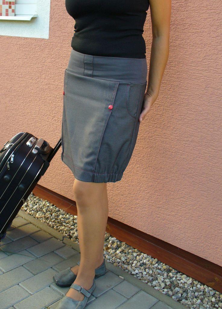 Sukně-hola škola. Sukně je ušitá z krásné elegantní oblekové látky v šedé barvě s jemným proužkem,s pasem do pružného lemu z elastického úpletu. Střih a řešení sportovním stylem. Vhodná do školy,kanceláře ale i k běžnému nošení. Boční kapsy,štepování červenou nití+červené cvočky. Švy jsou zapraveny na overlocku. Velikost této sukně je 40. pas-82cm ...