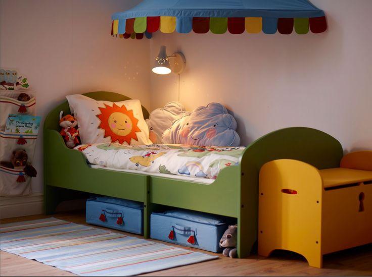 Grön utdragbar säng med matchande förvaringsbänk i gult