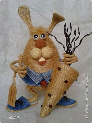Доброго времени суток, дорогие люди! Появился вот такой Заяц - пропагандист вегетарианства и сырых овощей! В лапе - морковь (шпагат, деревянные бусины, ботва- кожзам). фото 1
