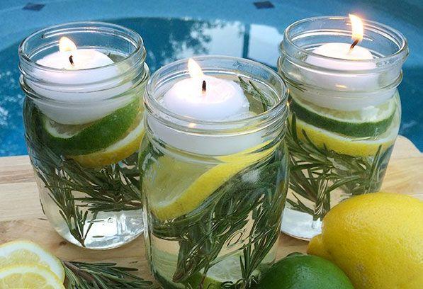 Repellente per le zanzare DIY -   Un barattolo di vetro  Limone, olio essenziale di citronella, rosmarino, acqua e una candela.