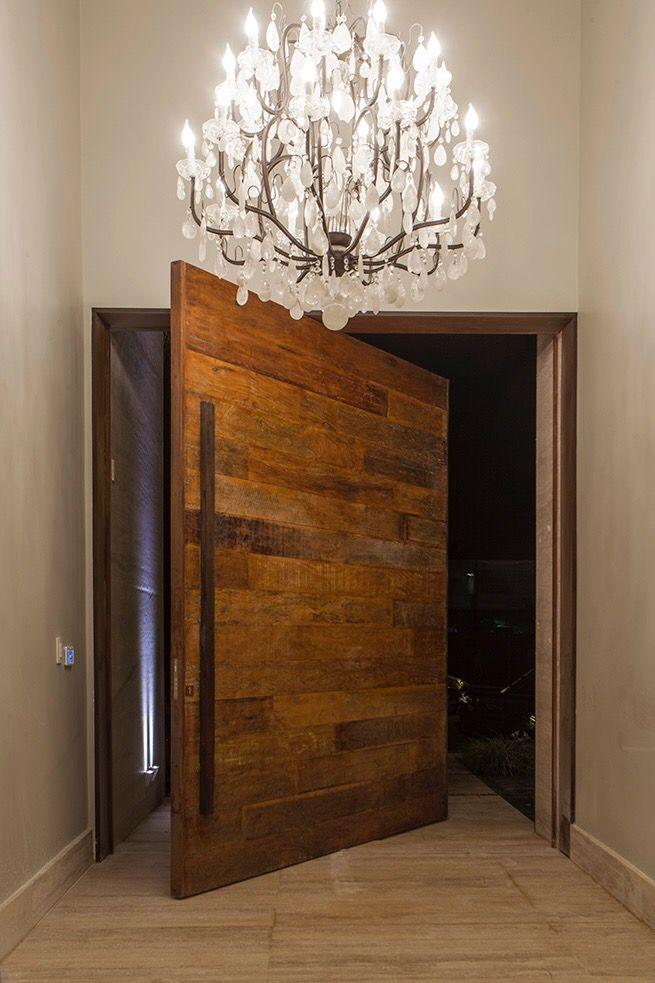 Projeto Dora e Giovanini Lettieri. Porta em madeira de demolição. Lustre cristal de rocha, hall de entrada, casa de luxo, luxury, porta principal, travertino navona
