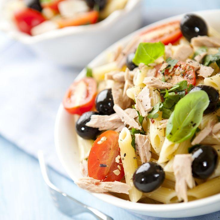 Nudelsalat mit Thunfisch  Ein mediterraner und einfacher Nudelsalat ohne Mayonnaise. Wunderbar verwandelbar. Wie wäre es beispielsweise noch mit Mais oder getrockneten Tomaten dazu?