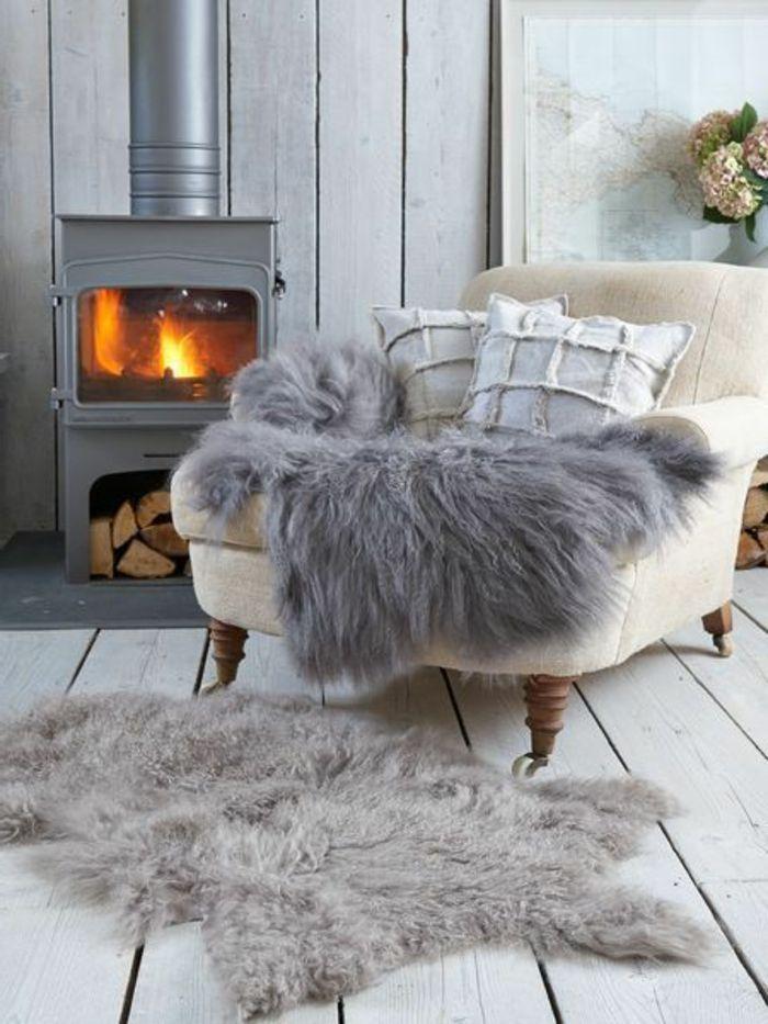 un joli canape beige avec plaide fourrure gris