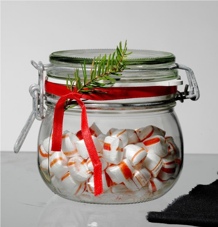 """Τα """"σπιτικά"""" δώρα είναι πάντα ευπρόσδεκτα! Γεμίστε ένα βάζο με γλυκές λιχουδιές, στολίστε το με μία κορδέλα και προσφέρετέ το."""