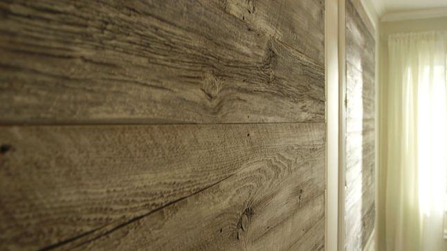 Les caissons en moulures posés sur l'autre mur principal sont agrémentés de bois de grange préalablement blanchi.