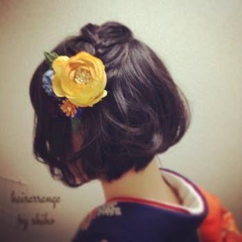 こちらは上のアレンジの応用編。頭頂部の髪を編み込みにし、アクセサリーと共に留めるヘアアレンジです。かなり短めのショートさんにもオススメなので、ぜひお試しあれ♪