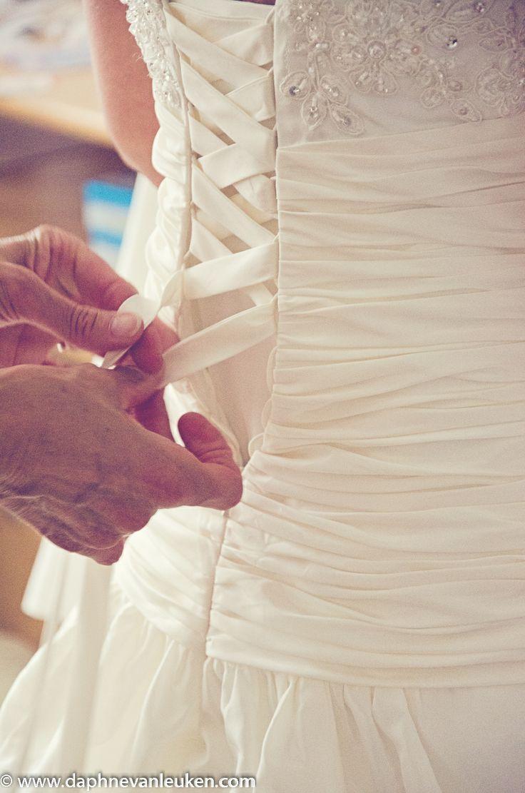© Daphne van Leuken Fotografie  Getting ready aankleden bruid bruiloft wedding bride getting dressed