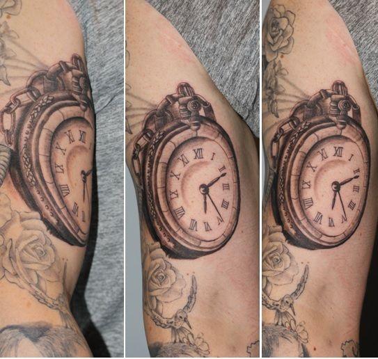 tatuaż prezentujący zegar kieszonkowy - wykonanie TIME4TATTOO www.time4tattoo.pl #tatuażzegar #zegarekkieszonkowy #tatauaznaramieniu #pocketwatchtattoo #clocktattoo #watchtattoo #b&gtattoo #time4attoo