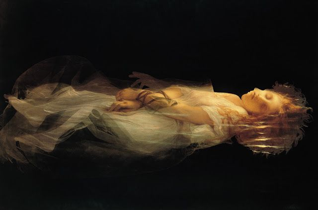 Ofelia by Joan Fontcuberta. Ophélie, femme fantôme, femme apparition, flotte entre deux eaux et entre deux mondes.Une image palimpseste. D'abord un tableau de 1855 de Delaroche. L'affiche de ce tableau ensuite photosensibilisée par l'artiste. Enfin, le photogramme d'un corps de femme étendu. Plusieurs générations d'images, comme autant de couches sédimentaires venant se superposer les unes aux autres.De toutes les techniques photographiques, le photogramme est la plus ancienne, mais surtout…