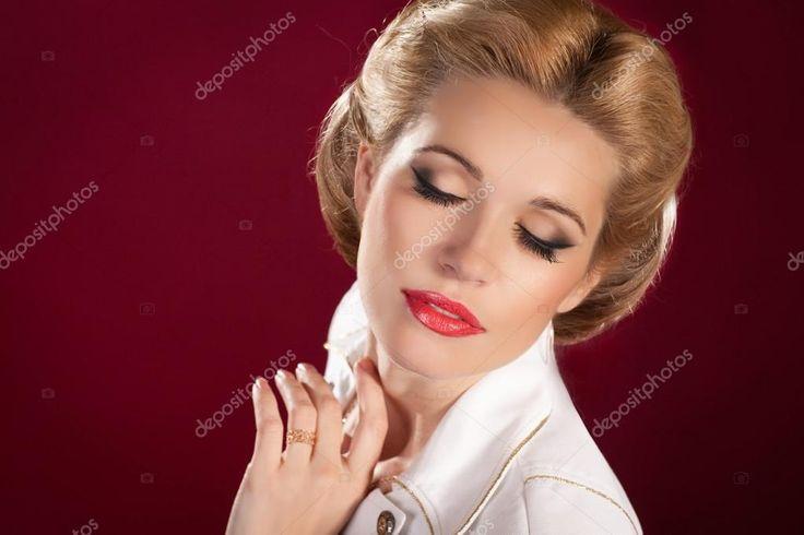 Hostess di bellissima donna bionda o marinaio in stile pinup e concetto marino. ragazza americana sexy in costume da assistente di volo bianco sorridente con luminoso trucco e acconciatura felice aria hostess in studio
