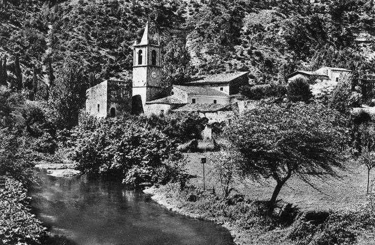 Il borgo di Serravalle di Norcia, anni '60. Il nucleo abitativo intorno alla chiesa di San Pietro ed è accarezzato dal fiume Sordo che lentamente scende da Norcia per confluire a Serravalle con il fiume Corno