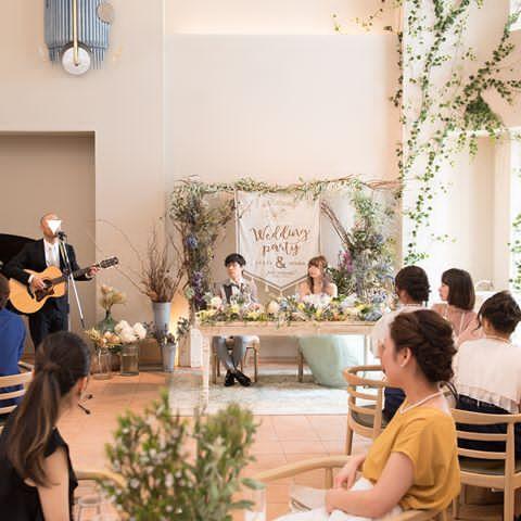 * 新郎余興パート2。 . 東京で活動しているアーティストの方に 歌を歌ってもらいました。 . アコースティックライブみたいで、 すごく楽しかったなぁ。 . #結婚式レポ #余興 #アコースティックライブ #ギター #フレアージュ桜坂 #2017夏婚 #花嫁diy