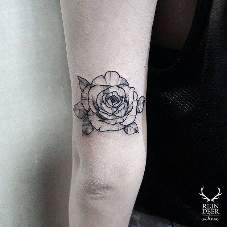Blackwork style rose tattoo on the back of the left arm. Artista Tatuador: Zihwa