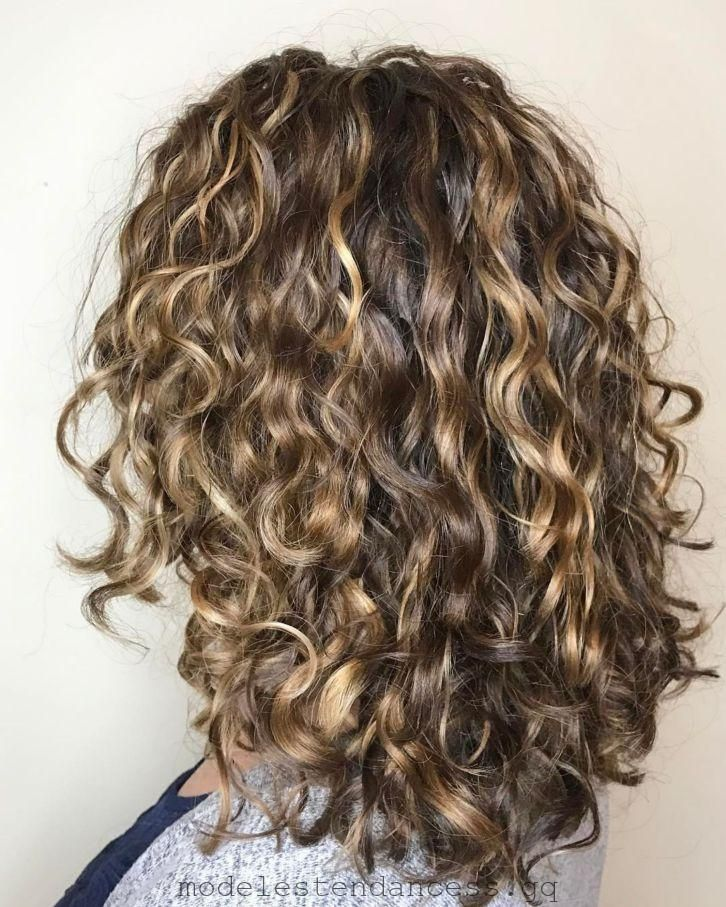 Lockiges Braunes Haar Mit Dunkelblonden Highlights Modetrends Haarschnitt Fur Lockige Haare Frisur Lange Haare Locken Lockige Haare