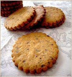 biscuits noisette chocolat : -190 g de farine -80 g de beurre mou -65 g de sucre en poudre -1 oeuf -1/4 de càc de levure chimique -1/2 càc de vanille liquide -50 g de noisettes moulues grillées -20 g de chocolat noir râpé