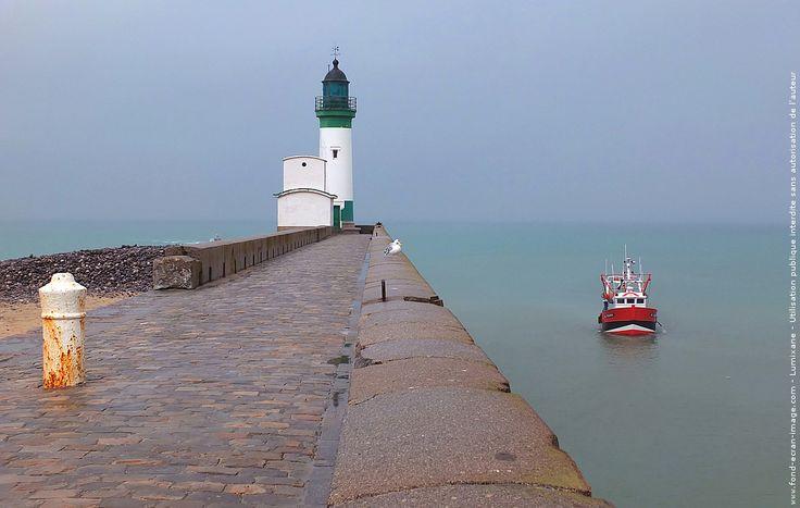 France seine maritime le treport phare et chalutier