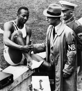 Owens, Jesse - Leichtathlet, USA/ mit NBC-Reporter nach Rekord Owens, Jesse *12.09.1913-31.03.1980+ (eigentlich James Cleveland Owens) Sportler, Leichtathlet, USA Vierfacher Goldmedaillengewinner b.d. Olympiade 1936