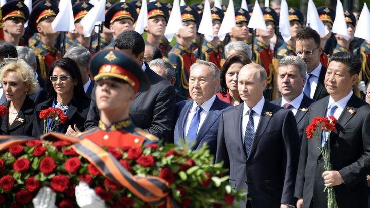 Ah, ouaiiiis ! Ils ont l'air d'avoir du matos, les russes ! Nous pouvons remarquer à la gauche de Vladimir, la présence d'un Monsieur chinois (je dis ça, je dis rien ..) Un défilé de 16.000 soldats, la présentation d'un nouveau char ultrapuissant ou la...