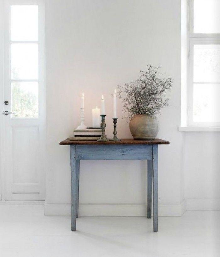 Mooie brocante tafel komt goed uit in witte kamer! Vergelijkbare oude brocante tafels bij www.old-basics.nl