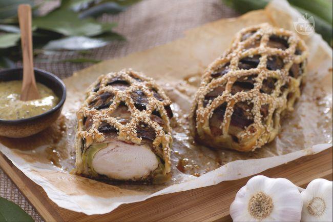 Il pollo in gabbia è un secondo saporito tutto da gustare, avvolto in fette di zucchine e pancetta e ricoperto da una gabbia di sfoglia!