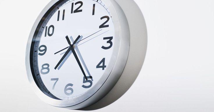 Cómo calcular el porcentaje de una hora. Las personas suelen medir periodos cortos de tiempo en minutos. 60 segundos son un minuto, mientras que 60 minutos son una hora. Puedes convertir minutos en porcentaje de una hora usando una división básica. Por ejemplo, 30 minutos equivale al 50 por ciento de una hora, mientras que 10 minutos es igual al 17 por ciento aproximadamente. Calcular el ...