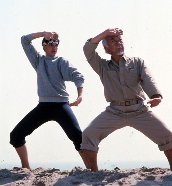 Ralph Macchio (Daniel Sam) e Pat Morita (Sr. Miyagi) em momento clássico do filme Karate Kid (1984)