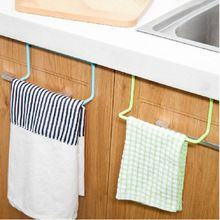 Para pendurar utensílios de cozinhar no gancho na parte interna das portas dos armários