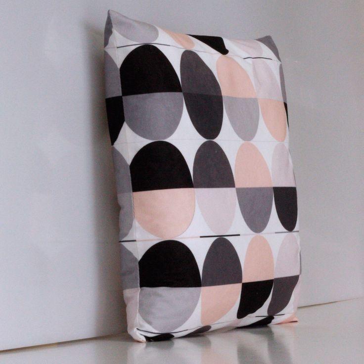 Pastele i geometryczne wzory - czyli to co najlepsze we wzorach skandynawskich. Do kupienia tutaj:  http://www.vinnst.pl/pr6359-poduszka-jajo-czy-kolo-642.html