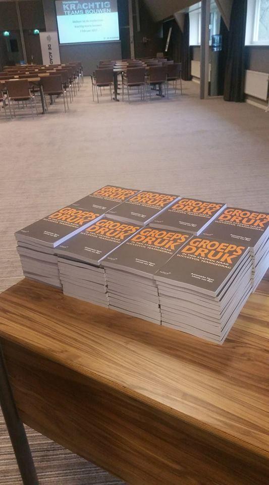 De auteurs Annemieke Figee en Léonie van Rijn spreken vandaag tijdens de masterclass 'Krachtig teams bouwen' van De Academy. Ze zijn beide psycholoog en teamcoach en schreven samen het boek 'Groepsdruk, in 10 stappen naar succesvol teamgedrag'. Vanuit hun eigen bedrijven begeleiden ze organisaties en teams op weg naar betere resultaten.  #groepsdruk #annemiekefigee #leonievanrijn #krachtigteamsbouwen #deacademy #futurouitgevers
