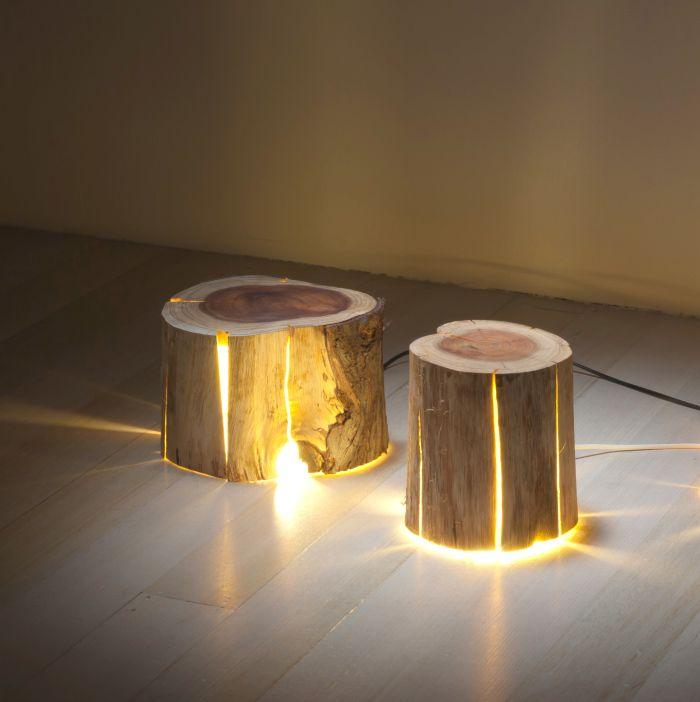 Troncos de madera convertidos en lámparas decorativas.