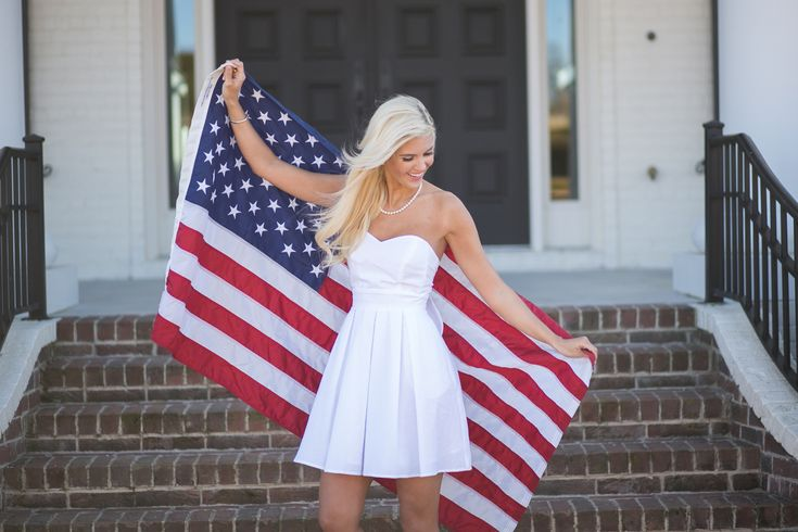 A classic strapless dress with a twist! This dress features a sweetheart neckline, with a self-tie back that you can custom-fit to your body. The pleated skirt and pockets top off this classic look! T
