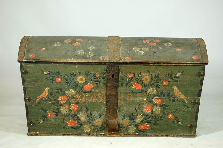 And here is another Marriage trunk . There exists old inheritance list  where one can read what a woman could own 150 to 200 years ago .Swedish folk art painted chest 1837