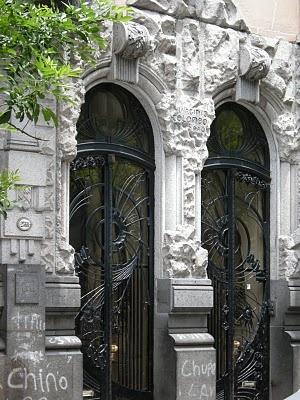 Casa Calise, obra de Virginio Colombo con esculturas de Ercole Pasina, Hipólito Yrigoyen 2562-78, año 1911. Buenos Aires, Argentina