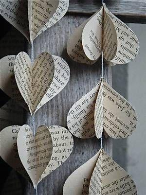 Ein Girlande aus Papier-Herzen