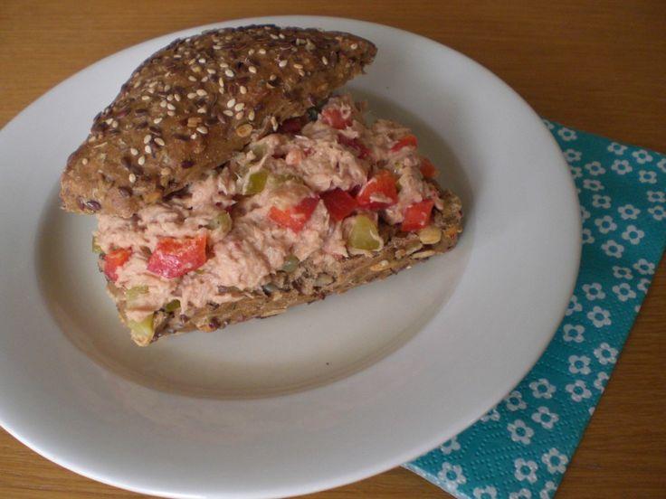 Lekker op een harde bol, stokbroodje of toastje! Ingrediënten 1 blikje tonijn 1/4 paprika zilveruitjes 1 augurk mayonaise Bereiding Laat de tonijn uitlekken,en trek het in een schaaltje uit elkaar. Snij de paprika, zilveruitjes en augurk in kleine stukjes en meng dit door de tonijn. Voeg mayonaise toe (ik heb ongeveer 3 eetlepels gebruikt). Lekker... LEES MEER...