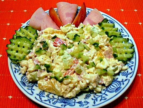 Uvařená vřetánka promíchaná s měkkým salámem, vejci, majonézou ...