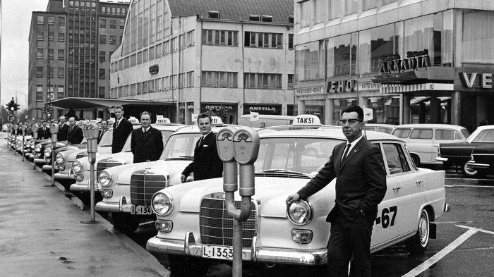 Uuden Mercedes-Benz 200 Diesel-mallin kunniaksi Rovaniemen ja Kemin kaikki 14 taksiautoilijaa ajoivat vuonna 1966 rallin Suomen halki.