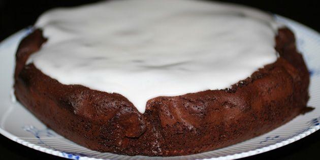 Fantastisk svampet og nem chokoladekage, der er helt perfekt med den hvide glasur på toppen.