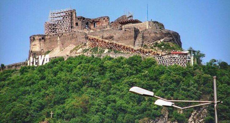 Dacă în articolul anterior am vorbit despre orașul Hunedoara, menționând de Castelul Corvinilor, ei bine, pentru acest articol m-am gândit să rămânem în același județ și să îți povestesc despre Cetatea Deva, care se află la 20 de km de Castelul Corvinilor și este una dintre cele mai importante fortărețe medievale din Transilvania, care s-a