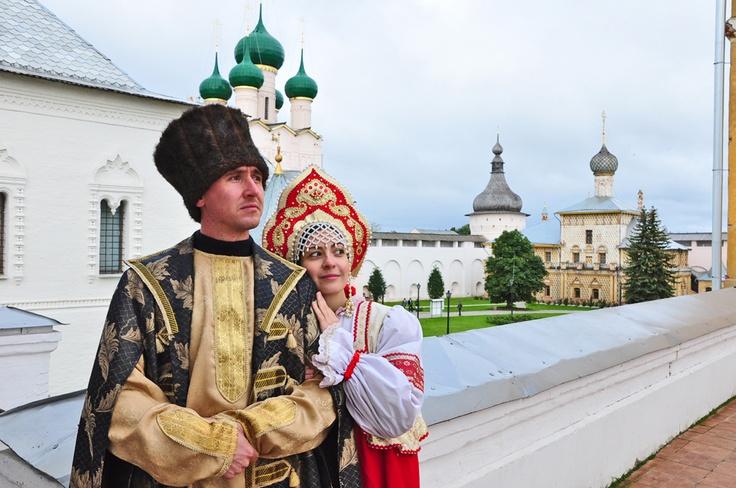 Rostov el grande (también conocido como Rostov Veliky) es una ciudad en el oblast de Yaroslavl, Rusia, uno del más viejo en el país y un centro turístico del anillo de oro. Se encuentra en las orillas del lago Nero, 126 millas al noreste de Moscú