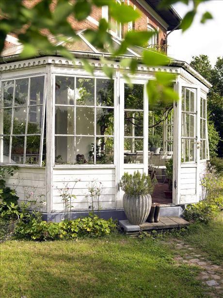 Likt en inglasad atoll ligger lusthuset i den blomstrande gröna trädgården. Här föds många av danska...