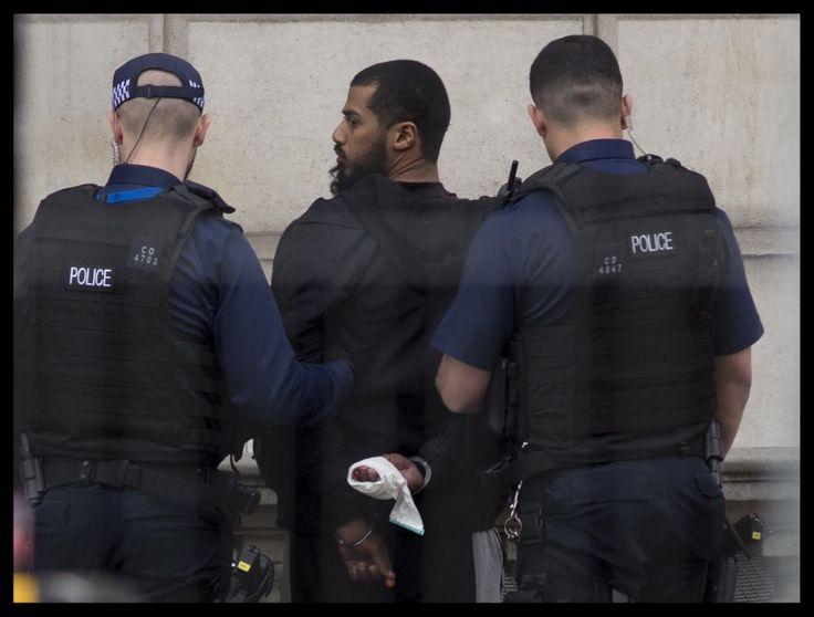 Un uomo, in possesso di due coltelli da cucina, è stato fermato dalla polizia in Parliament Street, a Londra, fra il palazzo di Westminster, sede del