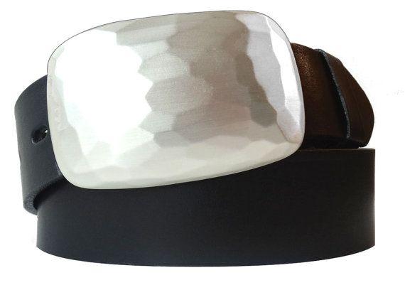 Schwarzer Gürtel aus italienischem Echtleder mit großer versilberter Schnalle.So sollten Sie Ihren Gürtel kaufen: Hören Sie auf Ihren Bauch. Denn der merkt als erstes, wenn Sie etwas unbedingt haben müssen. Und mit diesem Gürtel bekommen Sie etwas ganz Besonderes: Echtes Leder, schwarz gefärbt und eine versilberte Metallschließe. Der Kontrast kommt durch die dreidimensionale Gestaltung besonders gut zur Geltung.