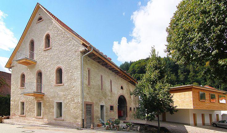 Im historischen Städtchen Schopfheim – im Dreiländereck von Deutschland, Frankreich und der Schweiz – hat eine Baugemeinschaft eine denkmalgeschützte Scheune von 1816 in ein Wohn- und Seminarhaus umgebaut. Im Dachgeschoss des Buntsandsteingebäudes ist eine Maisonette-Ferienwohnung ...